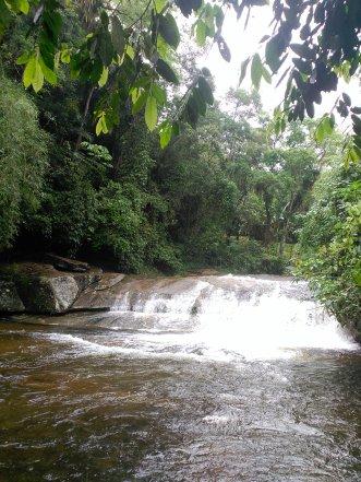 Pequeña cascada (detrás del agua está la cueva) - Small waterfall (behind the water there is a cave)